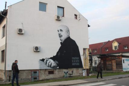 OMAŽ HIRURGU HEROJU Mural Miodraga Lazića u Brčkom