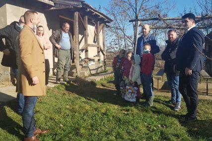 DIVNI POKLONI UOČI NOVE GODINE Privrednik iz Njemačke darovao sedmočlanu porodicu u Loparama