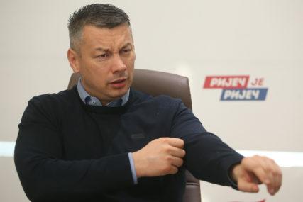 UHAPŠEN MUŠKARAC Verbalno napao Nenada Nešića pa ga GAĐAO FLAŠOM
