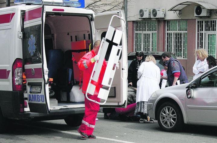 IZBOLA GA NOŽEM Mladić kog je napala tinejdžerka priključen na mehaničku ventilaciju