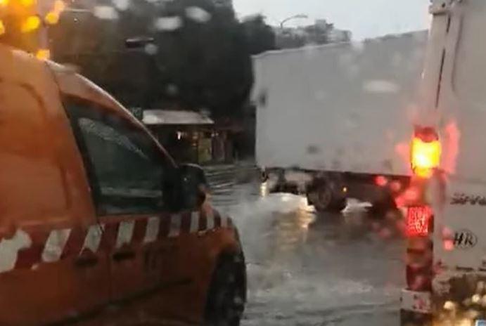 KIŠA IZAZVALA KOLAPS Voda do koljena, ulice pretvorene u potoke (VIDEO)