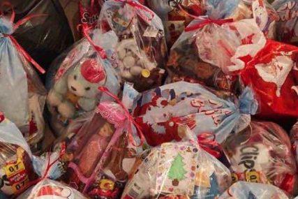 POKLONI ZA NAJMLAĐE Savjet učenika gimnazije obezbijedio 40 paketića za djecu