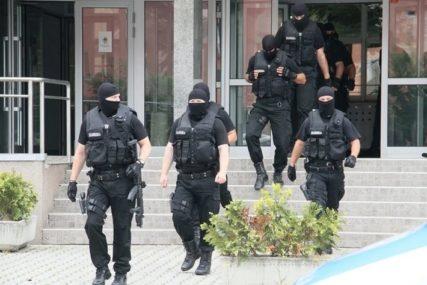 LAŽNI POLICAJCI HARAJU REGIONOM Poslije filmske pljačke u Beogradu, prevaranti upali u firmu u Sarajevu