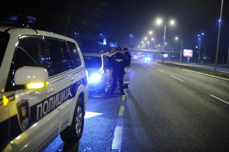 FILMSKA POTJERA Bježeći od policije udario u službeno vozilo, POVRIJEDIO DVA POLICAJCA