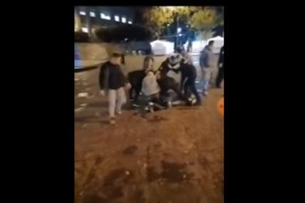 DRAMATIČAN SNIMAK Mladić fasciniran islamistima makazama nasrnuo na prolaznike i policajku (VIDEO)