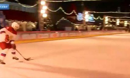 PUTIN ISPUNIO ŽELJU DJEČAKU Klizanje sa predsjednikom na Crvenom trgu (VIDEO)
