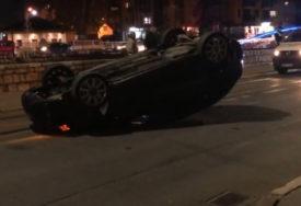 JEDNO VOZILO ZAVRŠILO NA KROVU Sudar tri automobila u centru Sarajeva (VIDEO)