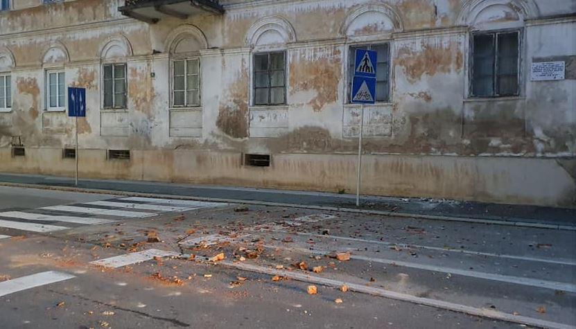 PETRINJA I SISAK NAKON ZEMLJOTRESA Popucale fasade, na ulicama dijelovi pali sa zgrada (VIDEO, FOTO)