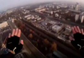 DRAMATIČAN SNIMAK Muškarac SKOČIO SA ZGRADE, a onda OTVORIO PADOBRAN i sletio nasred bulevara (VIDEO)