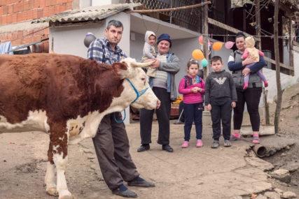 BOŽIĆNI KONVOJ IZ FRANCUSKE STIGAO NA KOSOVO Volonteri donijeli humanitarnu pomoć vrijednu 100.000 evra (FOTO)