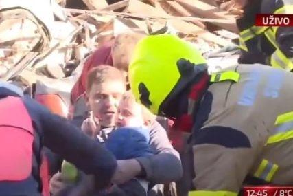 PREKRIVENI PRAŠINOM I U ŠOKU Iz ruševina u Petrinji izvučeni OTAC I DIJETE, spasioci ih na nosilima odnijeli u bolnicu (VIDEO)