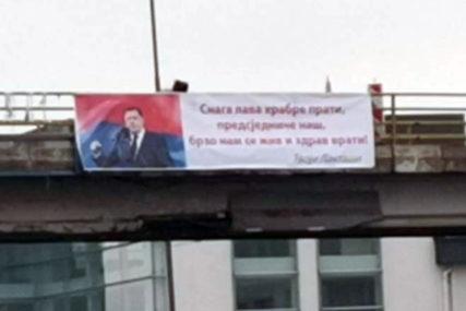 """""""SNAGA LAVA HRABRE PRATI"""" Osvanuo novi transparent podrške Miloradu Dodiku"""