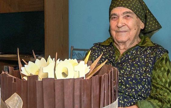 PROSLAVILA 101. ROĐENDAN Baka Stoja je najstarija u ovom gradu i od GRADONAČELNIKA JE DOBILA TORTU (FOTO)