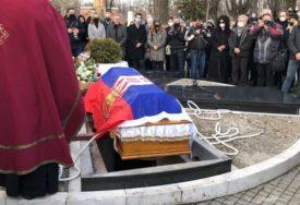 KOVČEG PREKRIVEN SRPSKOM ZASTAVOM Uz zvuk trube sahranjen glumac Tihomir Arsić (FOTO)