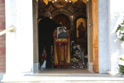 OPROŠTAJ OD GLUMCA TIHOMIRA ARSIĆA Tuga i bol, porodica u kapeli prima saučešća