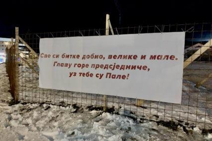"""""""SVE SI BITKE DOBIO, VELIKE I MALE"""" Postavljen transparent podrške Dodiku u Palama"""