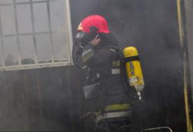 BUKTI POŽAR U ZENICI  Gori automobil u dvorištu kuće, vozač zadobio opekotine (VIDEO)