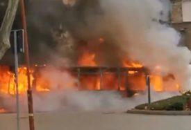 BUKTINJA POSLIJE EKSPLOZIJE Vatra progutala autobus, policija ispituje uzrok požara