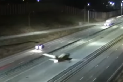 AUTOMOBILI NAGLO KOČILI Pilot sletio avionom na autoput (VIDEO)