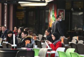 BANJALUČANI U ŠETNJI I KAFIĆIMA Natprosječno toplo vrijeme izmamilo ljude na ulice (FOTO)