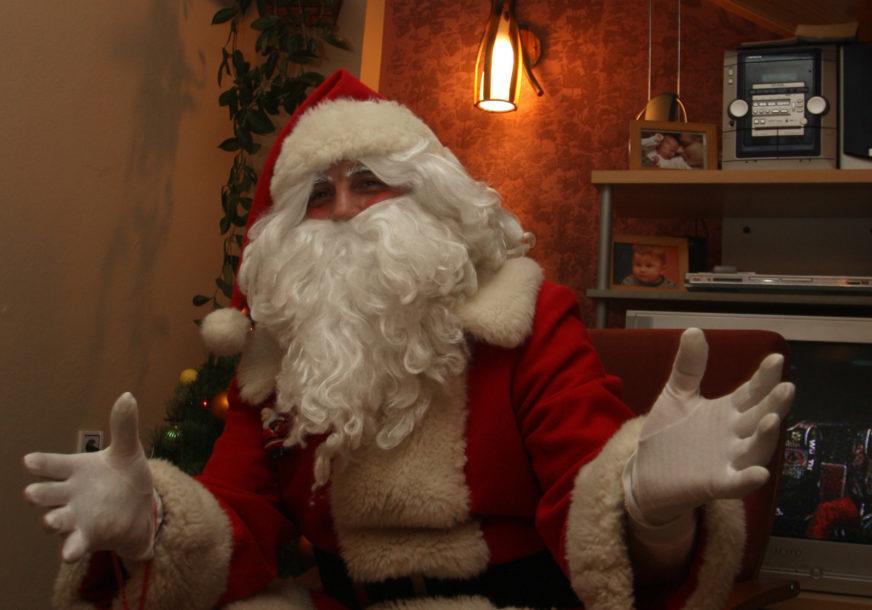 PROVOZAO SE VRBASOM Djed Mraz umjesto na sankama stigao u dajaku (FOTO)
