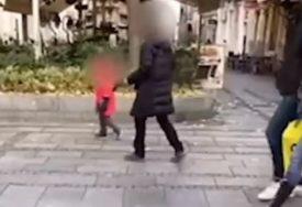 """""""BUDALO, DOLAZI OVAMO!"""" Dijete histeriše i viče na majku nasred šetališta (VIDEO)"""