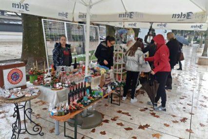 OSNOVCI POMAŽU DRUGARE Humanitarni novogodišnji bazar u centru Trebinja
