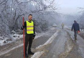 MLADI ODBORNIK U AKCIJI Pomagao mještanima i vatrogascima da raščiste puteve (FOTO)
