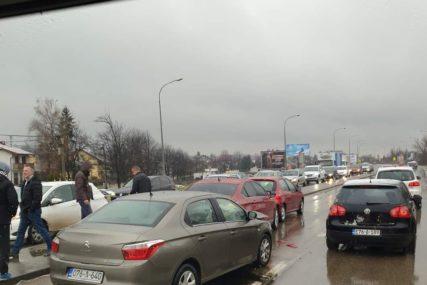LANČANI SUDAR NA KRUŽNOM TOKU U udesu učestvovala tri automobila