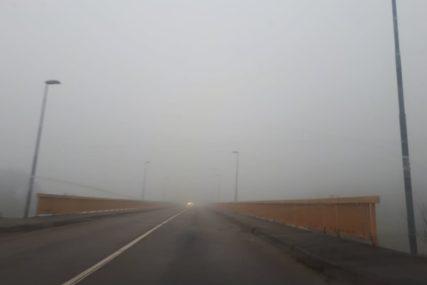 ŽUTO UPOZORENJE I ZA BANJALUKU Gusta magla u OVIM dijelovima BiH posebno smanjuje vidljivost na putu