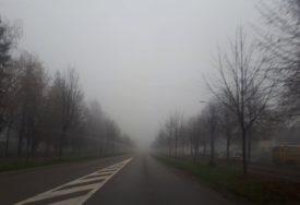 UPOZORAVAJU SE VOZAČI NA OPREZ Magla smanjuje vidljivost, moguća poledica u toku noći