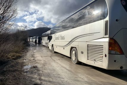 ČEKAJU PREMJEŠTANJE NA NOVU LOKACIJU Migranti iz kampa Lipa noć proveli u autobusima