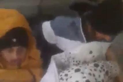 Banjalučanina ispred kuće dočekala NESVAKIDAŠNJA SCENA: Krenuo da baci dušek, pa ZATEKAO MIGRANTE KAKO SPAVAJU (VIDEO)
