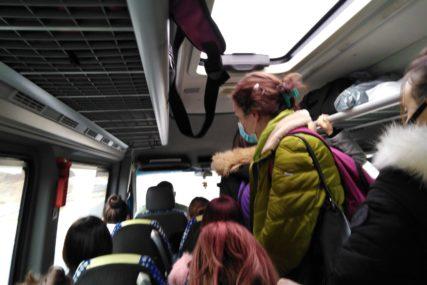 """""""KO TO TAMO PEVA"""" U VRIJEME PANDEMIJE U prepunom autobusu putnici sjedili i u PROSTORU za PRTLJAG (FOTO)"""