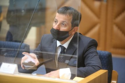 """""""Da ne biste izgorjeli"""" Vukanović poklonio ministrima u Narodnoj skupštini kremu za sunčanje (VIDEO)"""