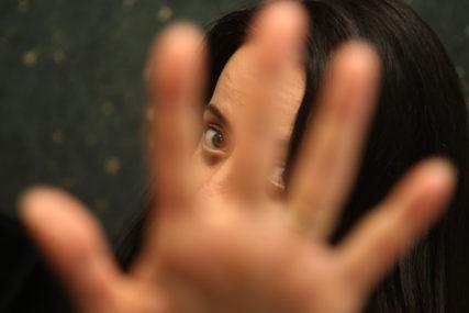 Za porodično nasilje ŠEST MJESECI ZATVORA: Nasilnik gušio i vrijeđao suprugu, pa završio iza rešetaka