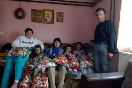 HUMANOST LEŠINARA Djecu porodice Savanović obradovali paketićima
