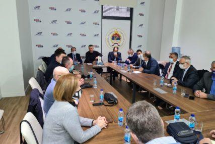 RASPUŠTENI ODBORI U BIJELJINI I KOZARSKOJ DUBICI Predsjedništvo DNS iz članstva isključilo Tadića, Popovića i Cvijetinovića