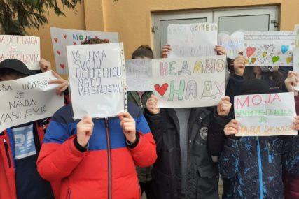 """""""NEĆEMO PARTIJSKO ZAPOŠLJAVANJE"""" Roditelji đaka OŠ """"Branko Radičević"""" protestuju zbog NOVE UČITELJICE (FOTO)"""