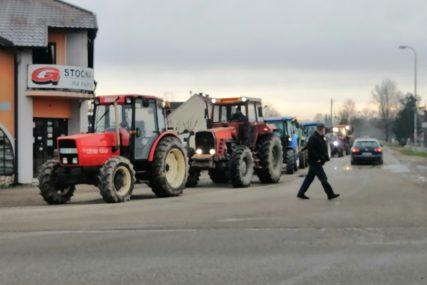 DUGA KOLONA TRAKTORA Počeo protest poljoprivrednih proizvođača u Gradiški (VIDEO, FOTO)