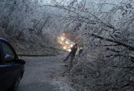 ĐACI AUTO-STOPOM DO ŠKOLE Ledena kiša napravila saobraćajni haos u Banjaluci (VIDEO)
