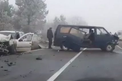 TEŠKA NESREĆA Sudarili se kombi i automobil, od siline udarca vozilo SLETILO S PUTA (VIDEO)