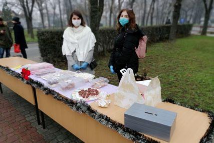 """STUDENTI ORGANIZOVALI """"SLATKI BAZAR"""" Prodajom kolača prikupljaju novac za  paketiće za djecu siromašnih porodica"""