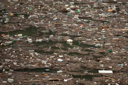 OPET PLUTAJU VELIKE KOLIČINE SMEĆA Problemi u jezeru Bočac postoje čitav niz godina (FOTO)
