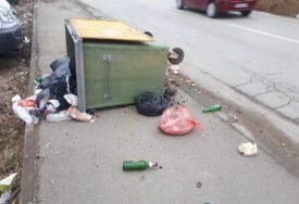 RUŽAN PRIZOR U NASELJU ADA Smeće rasuto po trotoaru, izvrnuti kontejneri (FOTO)