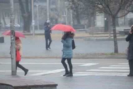 KIŠOBRANI, KAPULJAČE I MASKE Banjalučani ovako prkose prvom snijegu (FOTO)