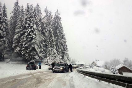 VISINA SNJEŽNOG POKRIVAČA OKO 30 CENTIMETARA Snijeg otežao saobraćaj prema Jahorini (FOTO)