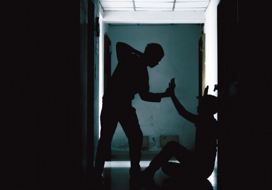 NASILNICI DOLIJALI POLICIJI Pištoljem pretukli muškarca (38) u kafiću