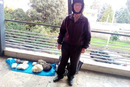 """""""VIRUS KORONA UTICAO I NA MOJ BIZNIS"""" Djed Slobodan prodaje vunene čarape u Trebinju, ostao bez kupaca"""