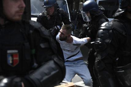 POVRIJEĐENI POLICAJCI Nakon protesta u Francuskoj privedene 64 osobe
